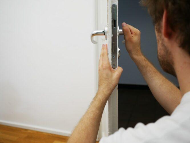 Hvordan bliver man låsesmed, og hvad indebærer jobbet?